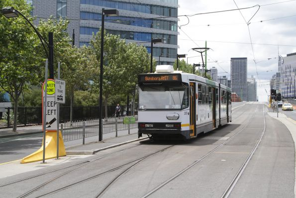B1.2001 heads east on route 86 at La Trobe Street and Harbour Esplanade