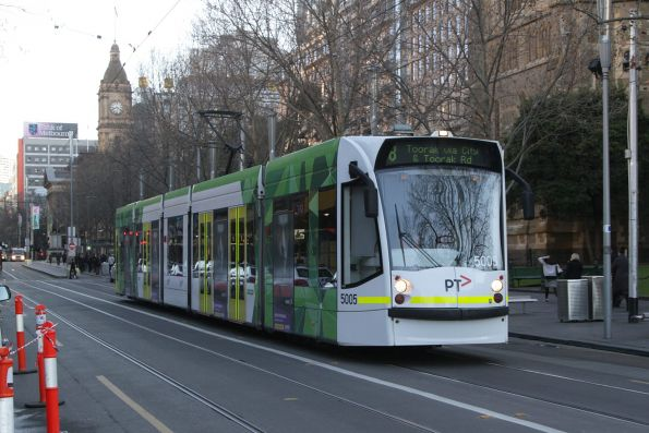 D2.5005 heads south on route 8 at Swanston and Flinders Street