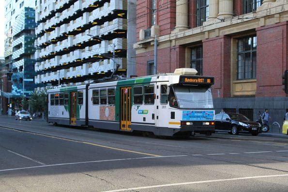 B1.2001 on route 86 waits to turn from Spencer into Bourke Street