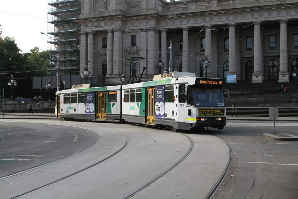 B2.2043 on route 86 turns from Spring Street into Bourke Street
