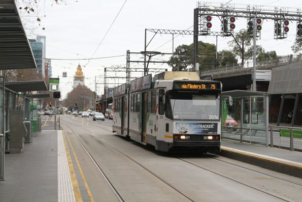 B2.2076 heads west on route 75 at Flinders and King Street
