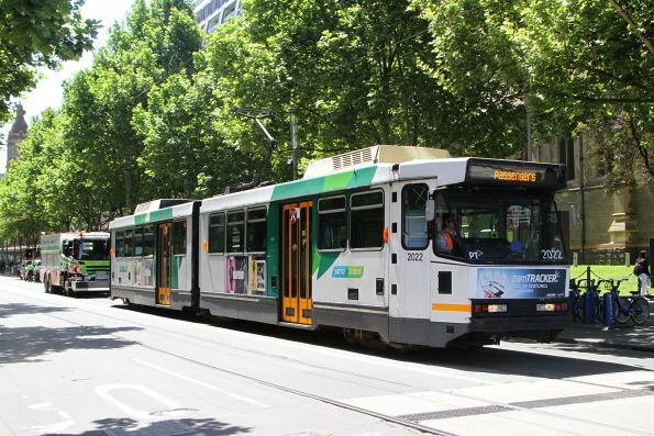 A defective B2.2022 heads south at Swanston and Flinders Street, the recovery truck following close behind