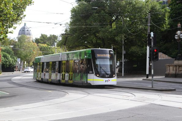 E.6024 heads south on route 96 at Spring and Bourke Street