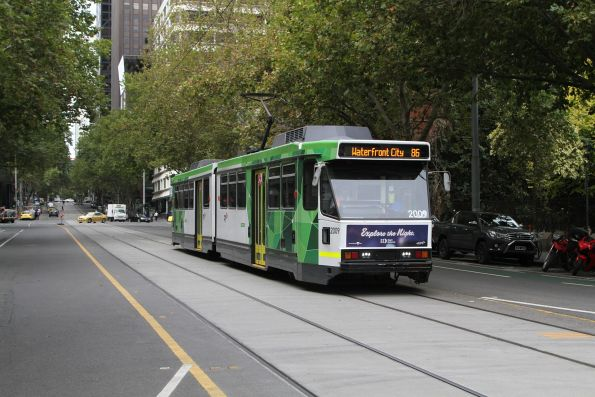 B2.2009 heads west on route 86 at Bourke and Spencer Street