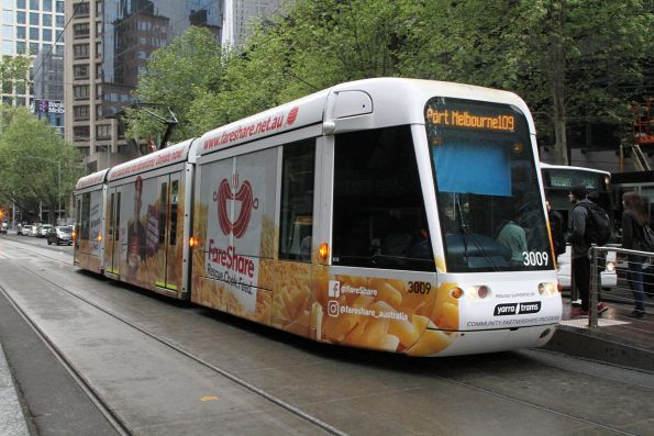 C.3009 advertising 'FareShare' heads west on route 109 at Collins and Spencer Street