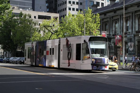 D1.3501 advertising 'Tommy Hilfiger‎' heads south on route 58 at William and Little Lonsdale Street