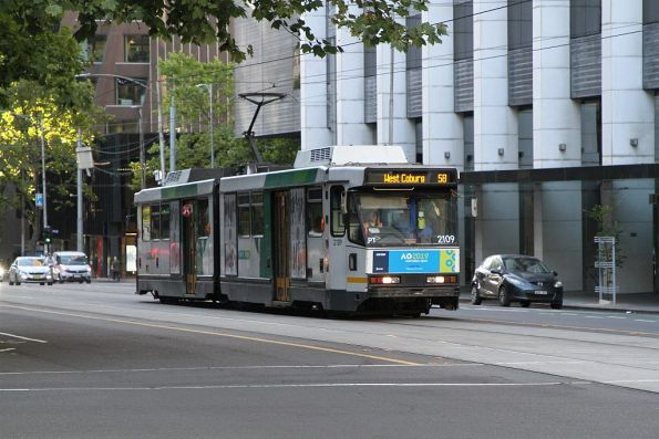 B2.2109 heads north on route 58 at William and Little Bourke Street