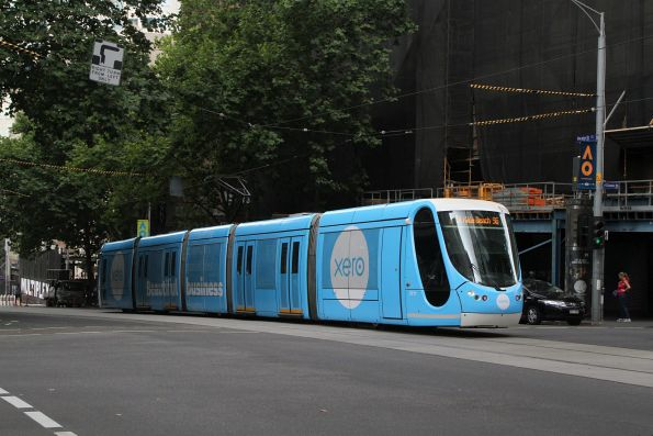 C2.5111 advertising 'Xero' heads west on route 96 at Bourke and Queen Street