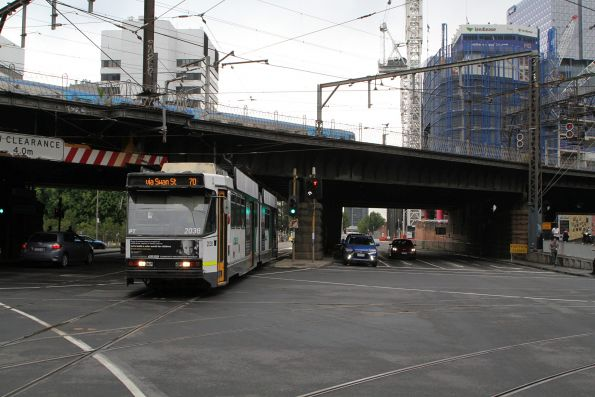 B2.2038 heads east on route 70 at Flinders and Spencer Street