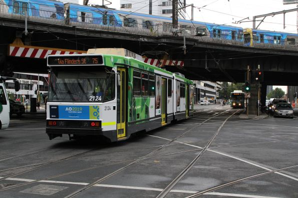 B2.2124 heads west on route 75 at Flinders and Spencer Street