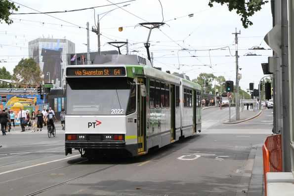 B2.2022 heads north on route 64 at Swanston and Flinders Street