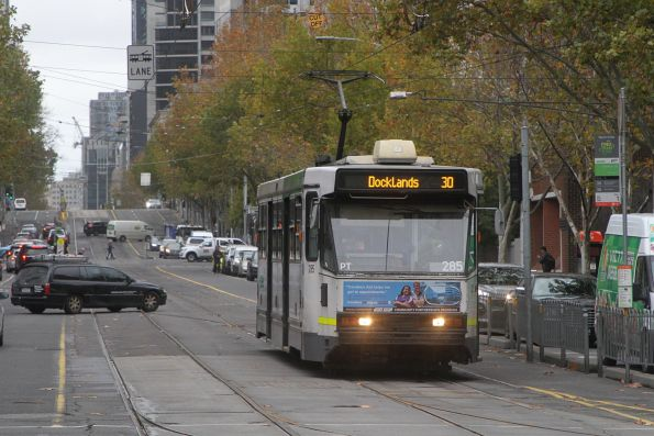 A2.285 heads west on route 30 at La Trobe and Spencer Street