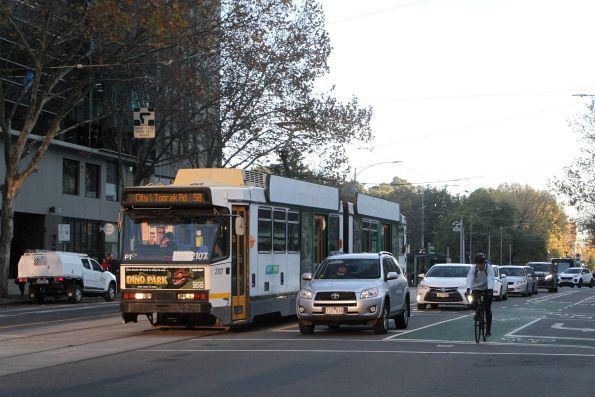 B2.2107 heads south on route 58 at William and Little Lonsdale Street