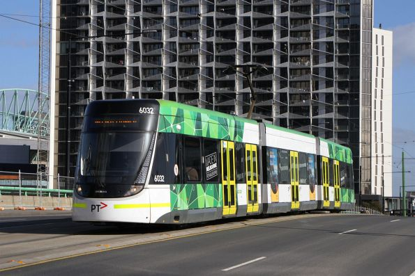 E.6032 heads east on a route 86a along the La Trobe Street bridge