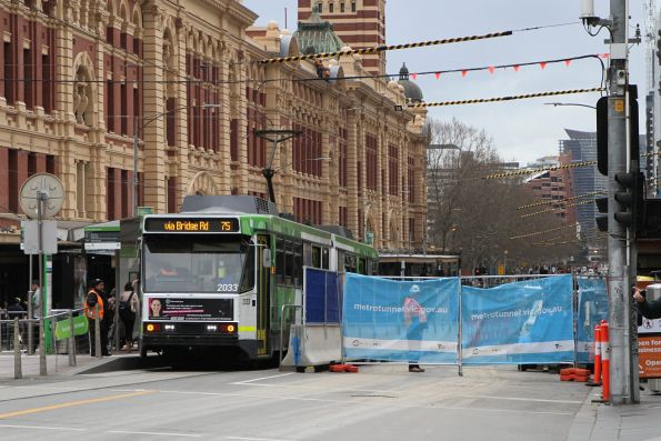 B2.2033 heads east on route 75 at Flinders and Swanston Street