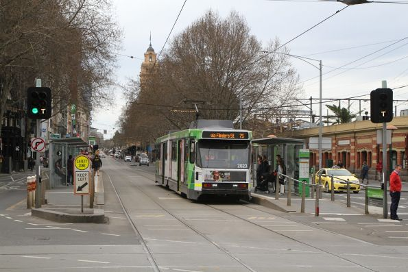 B2.2023 heads west on route 75 at Flinders and Market Street