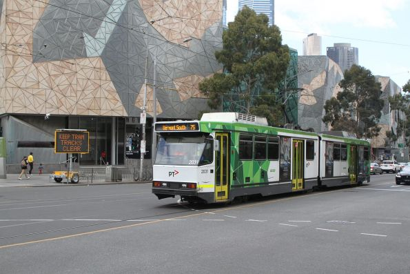 B2.2031 on route 75 passes a 'KEEP TRAM TRACKS CLEAR' sign at Flinders and Russell Street