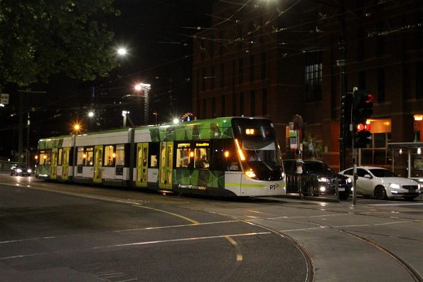 E.6025 on route 86 waiting to turn from La Trobe into Spencer Street
