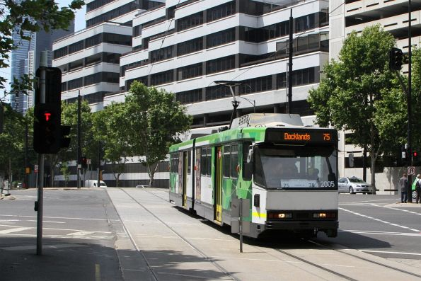 B2.2005 heads west on route 75 at Flinders Street and Wurundjeri Way