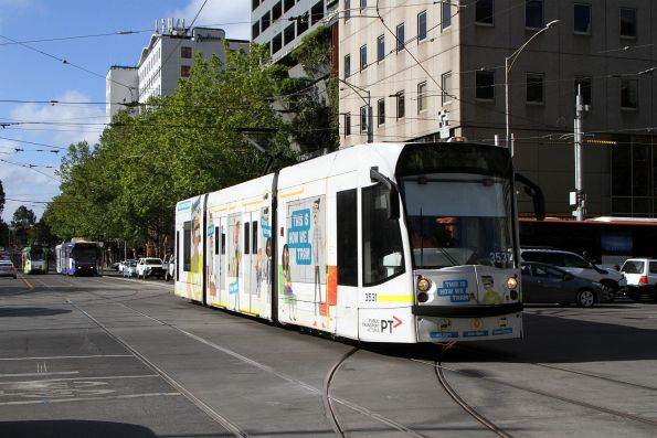 D1.3531 advertising 'Tram Coach' heads south on route 58 at William and La Trobe Street