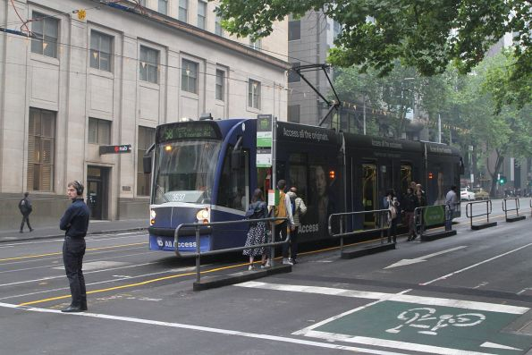 D1.3537 heads south on route 58 at the William and Collins Street safety zone