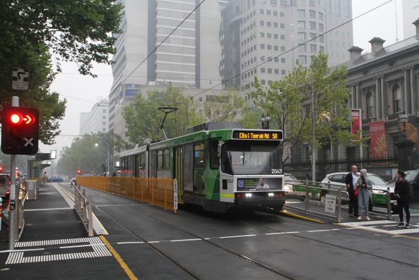 B2.2047 heads south on route 58 at William and Little Lonsdale Street