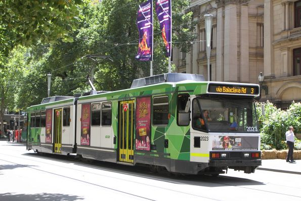 B2.2023 heads south on route 3 at Swanston and Collins Street
