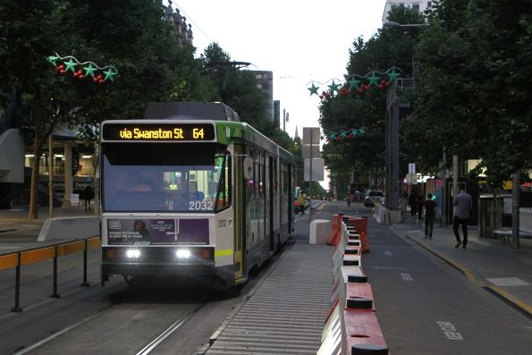 B2.2032 heads north on route 64 through the closed RMIT tram stop on Swanston Street