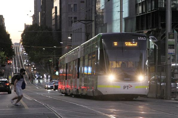 E2.6063 heads east on route 30 at La Trobe and Swanston Street