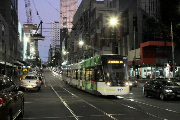 E2.6081 heads west on route 30 at La Trobe and Elizabeth Street