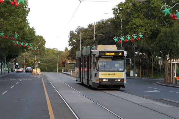 B2.2106 heads west on route 75 at Flinders and Exhibition Street
