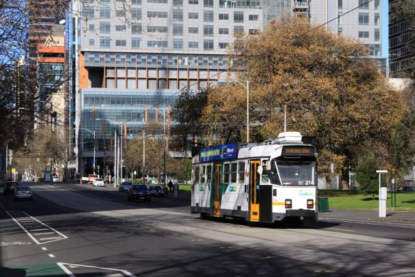 Passing the Flagstaff Gardens, Z3.214 heads north on William Street