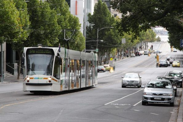 D2.5007 heads east on La Trobe Street near William Street