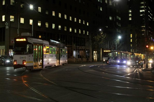 Z3.221 turns from William into La Trobe Street with a diverted route 1 service