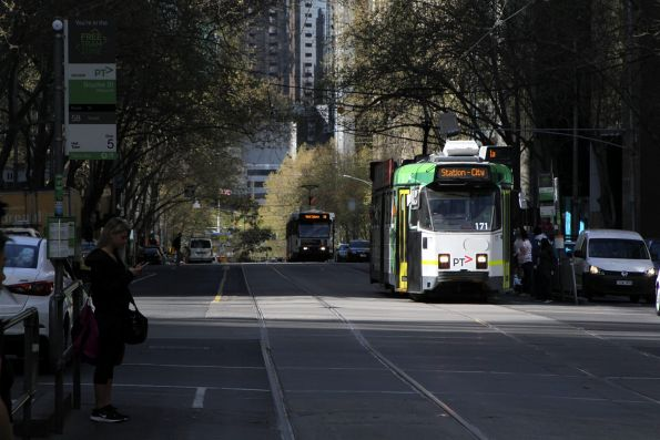 Z3.171 heads north on a diverted route 1a service at William and Bourke Street