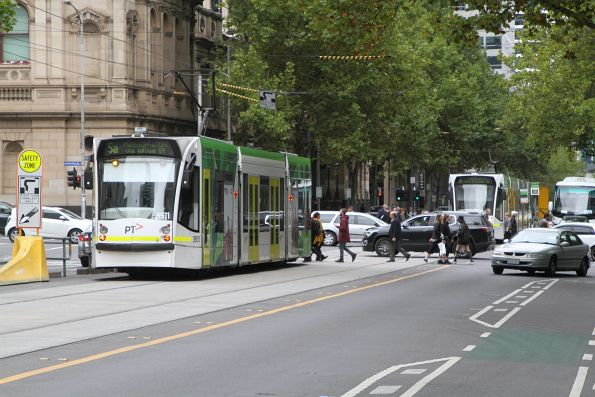D1.3511 on route 5 passes D2.5007 on route 6 at William and Lonsdale Street
