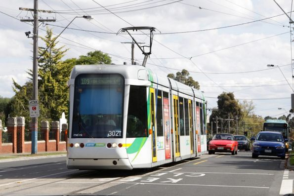 C.3021 heads east on Cotham Road with a route 109 service at Glenferrie Road