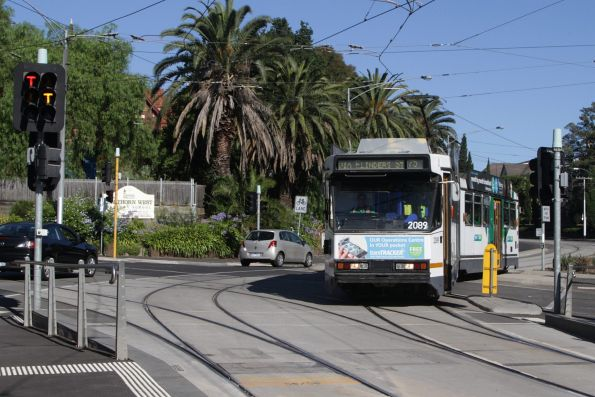 B2.2089 on a route 75 service heads for the city at Hawthorn Bridge