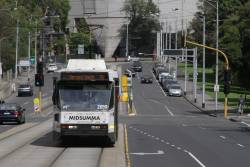 B2.2059 heads east along Wellington Parade with a route 75 service