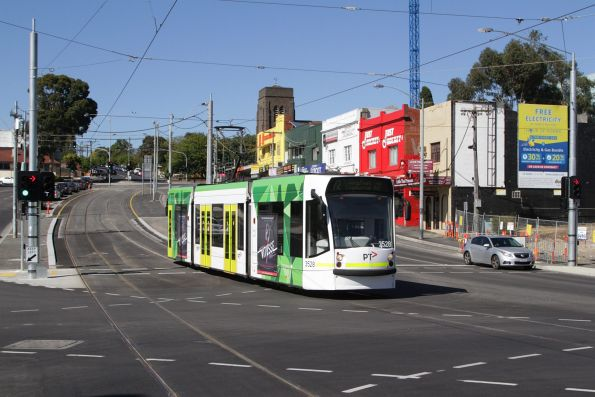 D1.3528 passes the former Gardiner station tram square on a northbound route 72 service