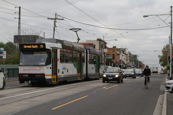 B2.2095 heads east on route 75 at Hawthorn station