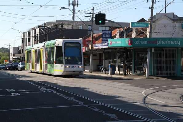 C.3019 heads west on route 109 at Cotham and Glenferrie Road