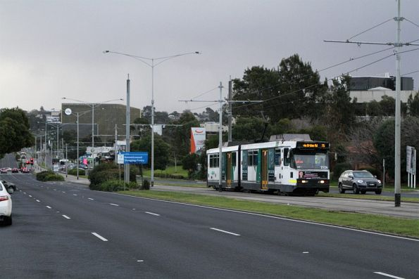 B2.2126 heads east on route 75 at Burwood Highway and Deakin University