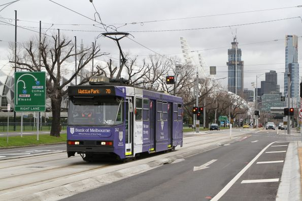 A1.242 advertising 'Bank of Melbourne' heads east on route 70 at Swan Street and Punt Road