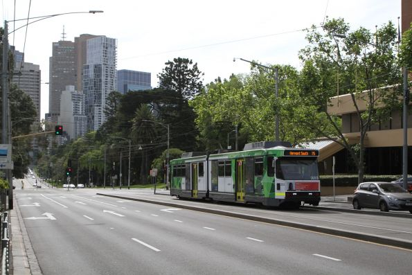 B2.2033 heads east on route 75 along Wellington Parade at Jolimont station