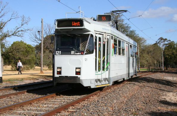 Z3.121 heads outbound through Royal Park