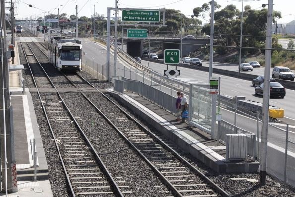 B2.2088 arrives into a platform stop between the Tullamarine Freeway and Matthews Road in Airport West