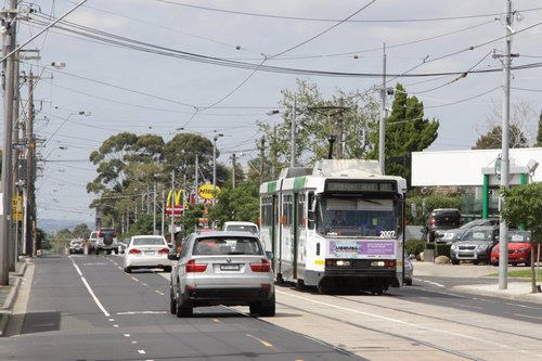 B2.2007 heads along Keilor Road in Niddrie with an outbound route 59 service