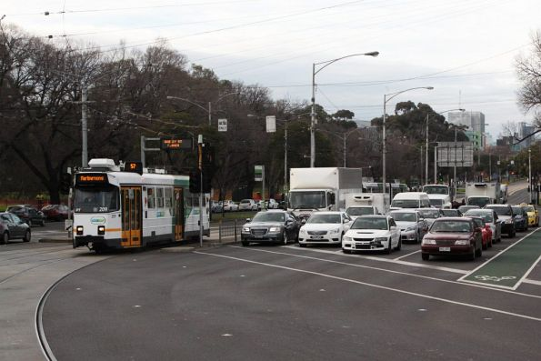 Z3.209 on route 57 turns from Flemington Road into Racecourse Road