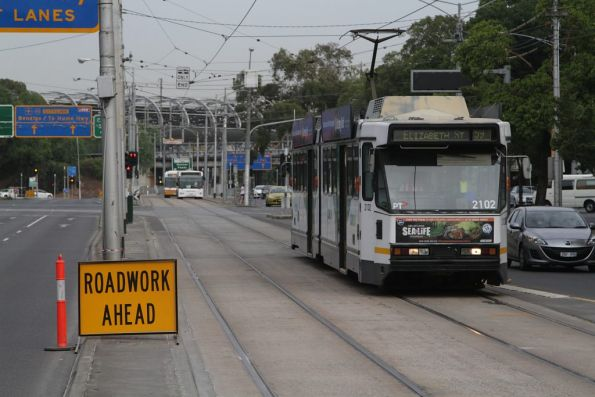 B2.2102 heads into town on route 59a at Flemington and Racecourse Road